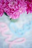 Roze pioenen in pastelkleurkleuren op een achtergrond Stock Afbeeldingen