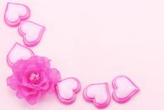 Roze plastic harten met bloem Stock Foto