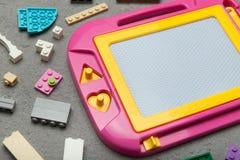 Roze plastic magnetisch tekenbord, stuk speelgoed voor het leren te trekken stock afbeeldingen