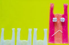 Roze plastiek dat als ongelukkig uitdrukkingsgezicht wordt geplaatst met plastic stro voor einde die vijandige milieupakketten ge royalty-vrije stock foto's