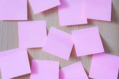 Roze post-itdocument op houten raad Royalty-vrije Stock Foto's