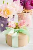 Roze purpere tulpen en giftdoos met groen lint Stock Afbeelding