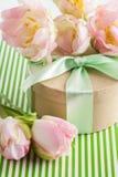 Roze purpere tulpen en giftdoos met groen lint Royalty-vrije Stock Foto