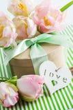 Roze purpere tulpen en giftdoos met groen lint Stock Afbeeldingen