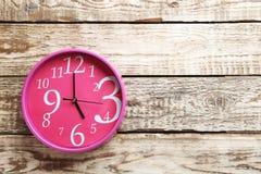 Roze ronde klok royalty-vrije stock afbeeldingen