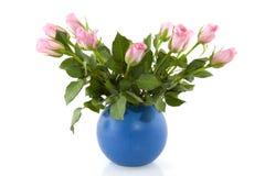 Roze rozen in blauwe vaas Stock Afbeelding