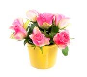 Roze rozen in een gele vaas Royalty-vrije Stock Foto's