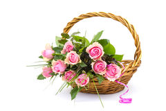 Roze rozen in een mand Royalty-vrije Stock Afbeelding