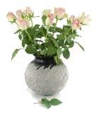 Roze rozen in een vaas. Royalty-vrije Stock Foto's