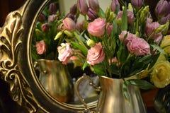 Roze rozen in een vaas royalty-vrije stock afbeelding