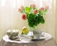 Roze rozen in een vaas Stock Afbeelding