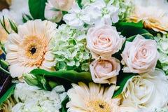 Roze Rozen en Gerbera Daisy Flowers Wedding Bouquet Royalty-vrije Stock Foto