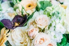 Roze Rozen en Gerbera Daisy Flowers Wedding Bouquet Royalty-vrije Stock Afbeelding