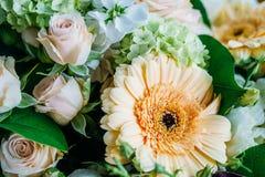 Roze Rozen en Gerbera Daisy Flowers Wedding Bouquet Royalty-vrije Stock Foto's