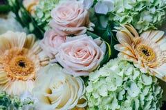 Roze Rozen en Gerbera Daisy Flowers Wedding Bouquet Stock Afbeeldingen