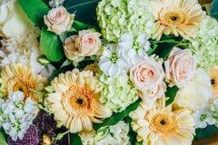 Roze Rozen en Gerbera Daisy Flowers Wedding Bouquet Stock Afbeelding