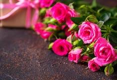 Roze rozen en giftdozen met linten Royalty-vrije Stock Foto