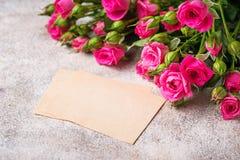 Roze rozen en groetkaart Stock Afbeeldingen