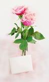 Roze Rozen en Nota Stock Foto's