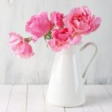 Roze rozen in kruik stock foto's