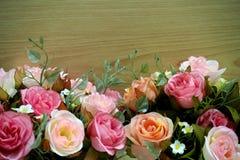 Roze rozen met houten achtergrond stock foto