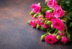 Roze rozen op bruine achtergrond Stock Afbeelding