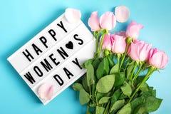 Roze rozen op een blauwe achtergrond stock foto's
