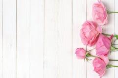 Roze rozen op hout royalty-vrije stock fotografie