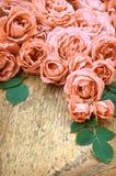 Roze rozen op houten achtergrond Stock Foto