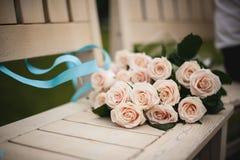 Roze rozen op houten bank stock foto's