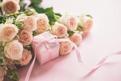 Roze rozenbloemen en gift of huidige doos roze achtergrond Moedersdag, Verjaardag, Valentijnskaartendag, de Dagconcept van Vrouwe royalty-vrije stock foto