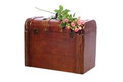 Roze rozenboeket dat op een houten boomstam ligt Royalty-vrije Stock Afbeeldingen