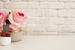 Roze Rozenspot omhoog Gestileerde Fotografie De Vertoning van het Bakstenen muurproduct Aardbeien op Wit Bureau Vaas met roze roz Stock Foto's