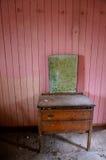 Roze ruimte in verlaten oud huis royalty-vrije stock fotografie