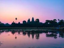 Roze Silhouet Angkor Wat Temple met het Toenemen Zon royalty-vrije stock afbeelding