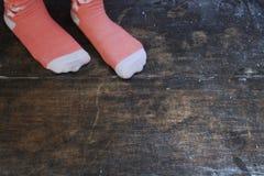 Roze Sokken in Zwarte Royalty-vrije Stock Foto's