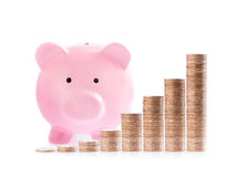 Roze spaarvarken en Stapels geldmuntstukken Stock Fotografie