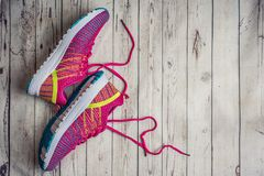 Roze sportschoenen Tennisschoenen op een grijze houten lijst Hoogste mening, met exemplaarruimte royalty-vrije stock foto's