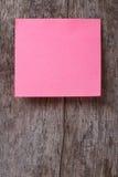 Roze sticker op een oude houten lijst. sluit omhoog Royalty-vrije Stock Foto's