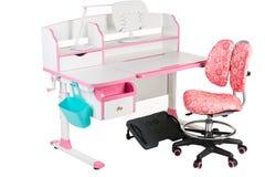 Roze stoel, roze schoolbank, blauwe mand, bureaulamp en zwarte steun onder benen Royalty-vrije Stock Foto's