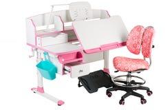 Roze stoel, roze schoolbank, blauwe mand, bureaulamp en zwarte steun onder benen Royalty-vrije Stock Afbeelding