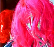 Roze synthetische pruik stock fotografie