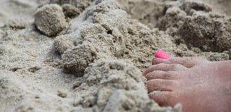 Roze tenen bij strand royalty-vrije stock afbeeldingen