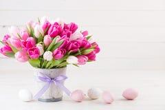 Roze tulp op de witte achtergrond De achtergrond van Pasen stock afbeeldingen