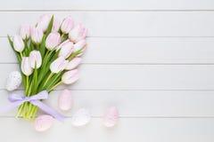 Roze tulp op de witte achtergrond De achtergrond van Pasen stock fotografie