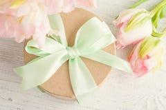 Roze tulpen en giftdoos met groen lint Stock Foto's