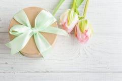 Roze tulpen en giftdoos met groen lint Stock Afbeeldingen