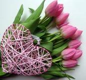Roze tulpen en hart royalty-vrije stock foto's