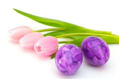 Roze tulpen en twee paaseieren Stock Afbeeldingen
