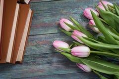 Roze tulpen met boeken op houten achtergrond Royalty-vrije Stock Afbeeldingen